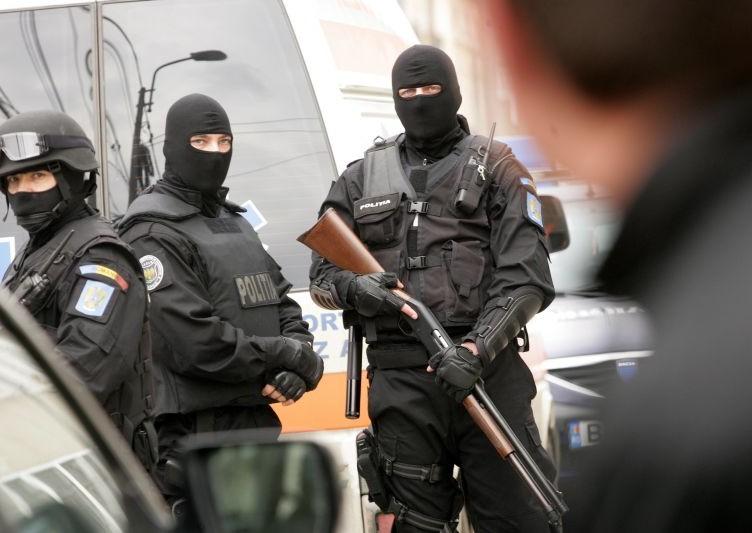 Jandarmii si ofiterii tupelor Serviciului Politiei de Interventie Rapida (SPIR) au evacuat aproximativ 50 de militanti anti-NATO din Fabrica Timpuri Noi din Bucuresti, miercuri, 2 aprilie 2008. INTACT IMAGES/Jurnalul National/Karina Knapek