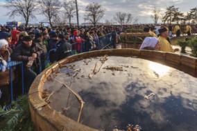 """Butoaie cu apa sunt sfintite de IPS Casian, arhiepiscopul """"Dunării de Jos"""", alături de un sobor de preoţi, cu prilejul sarbatorii de Boboteaza (Botezul Domnului), la Galati, marti, 6 ianuarie 2015. Aproximativ 1.500 de persoane au participat, pe faleza Dunarii din Galati, la manifestarile religioase prilejuite de Boboteaza, care au culminat cu aruncarea crucii din lemn în apele reci ale fluviului. OVIDIU IORDACHI / MEDIAFAX FOTO"""